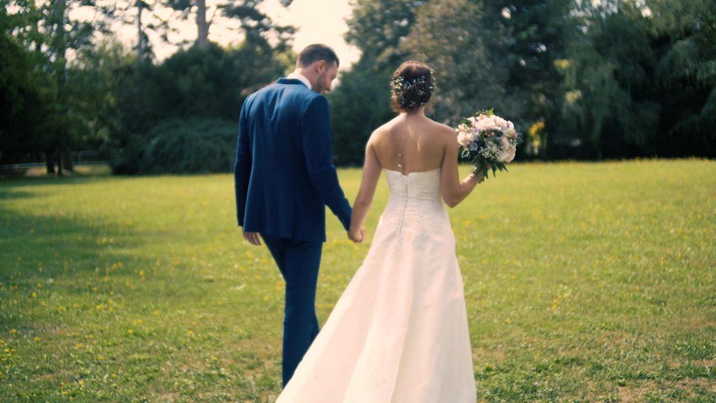 Mariés dans un parc
